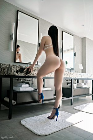 Souhila escort girl in Oxnard & happy ending massage